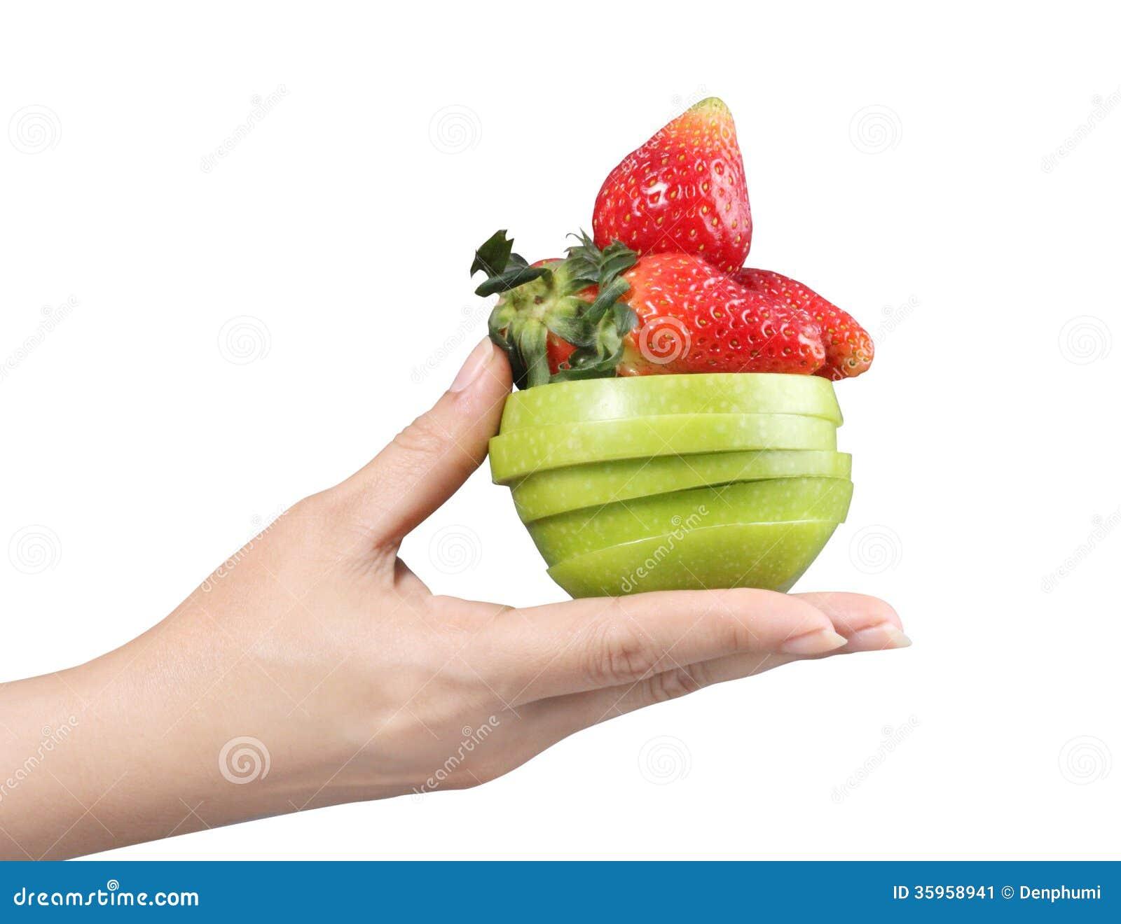 Mano de la mujer con las frutas