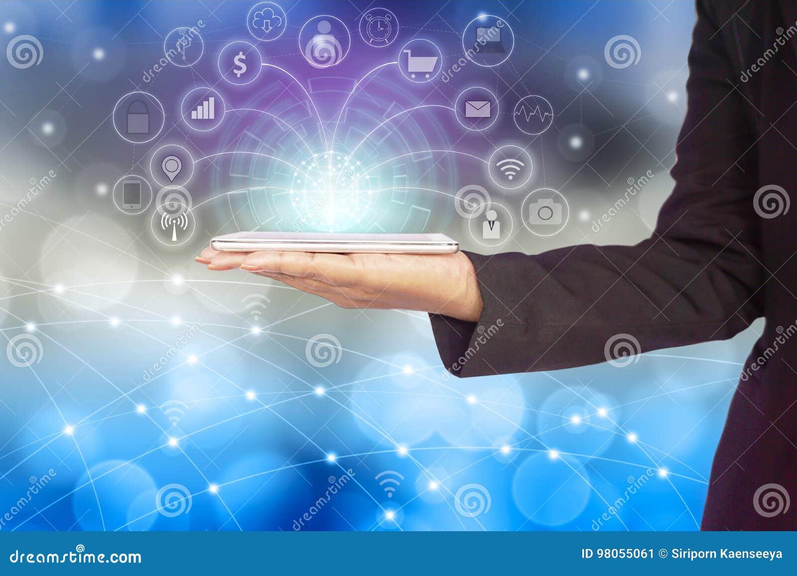 Mano de la mujer de negocios que conecta con el teléfono elegante usando Internet para los medios sociales