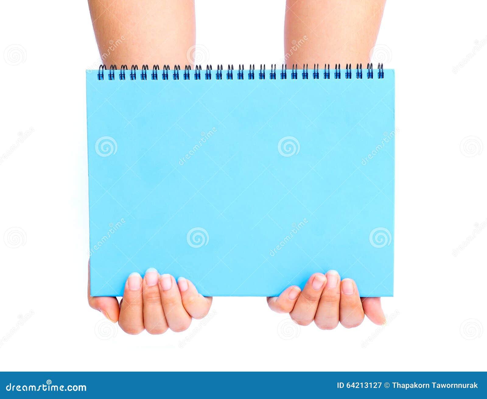 Mano de la mujer que sostiene el papel en blanco azul