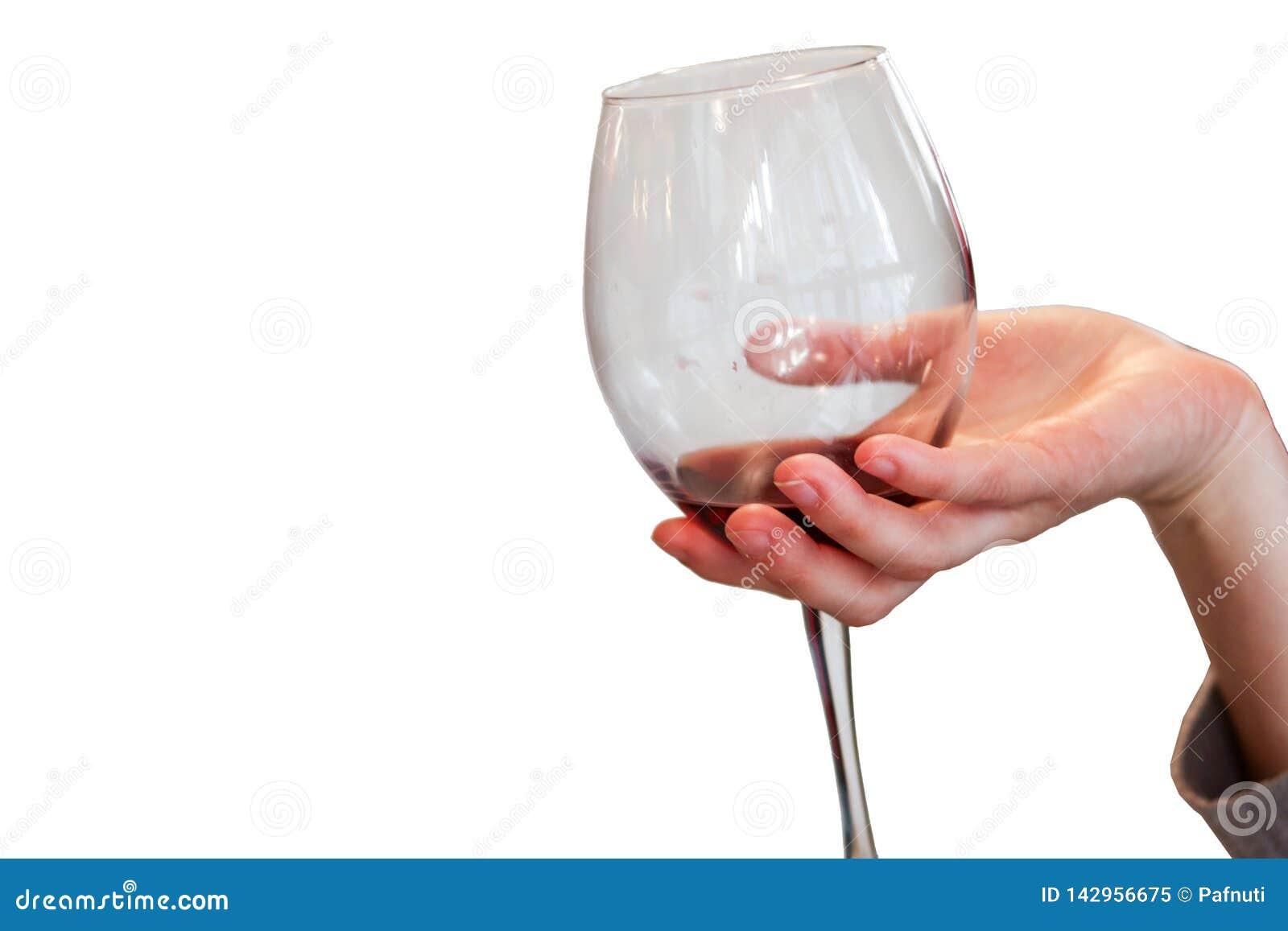 Mano de la mujer que sostiene el vidrio de vino tinto