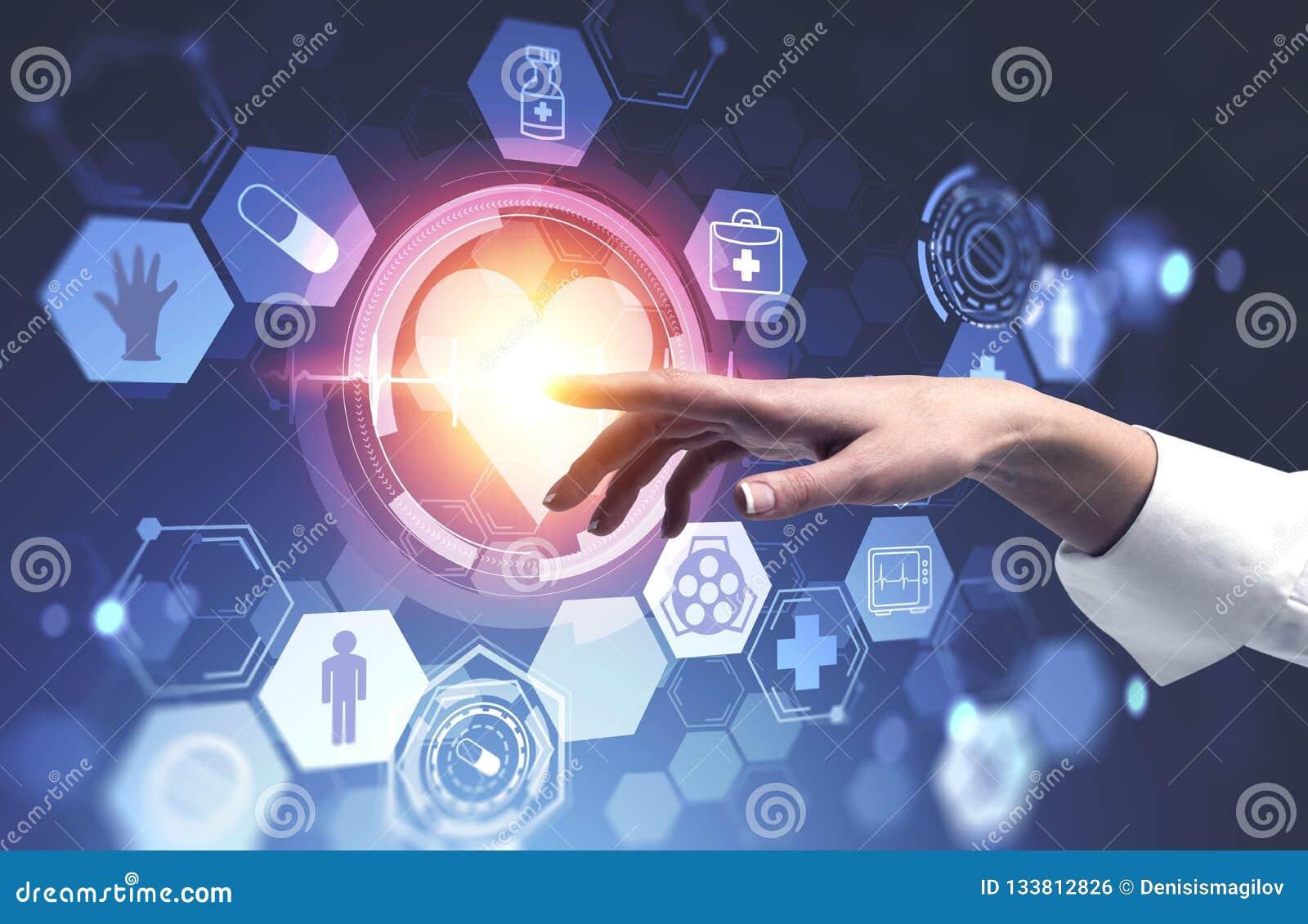 Mano de la mujer usando interfaz médico con el corazón