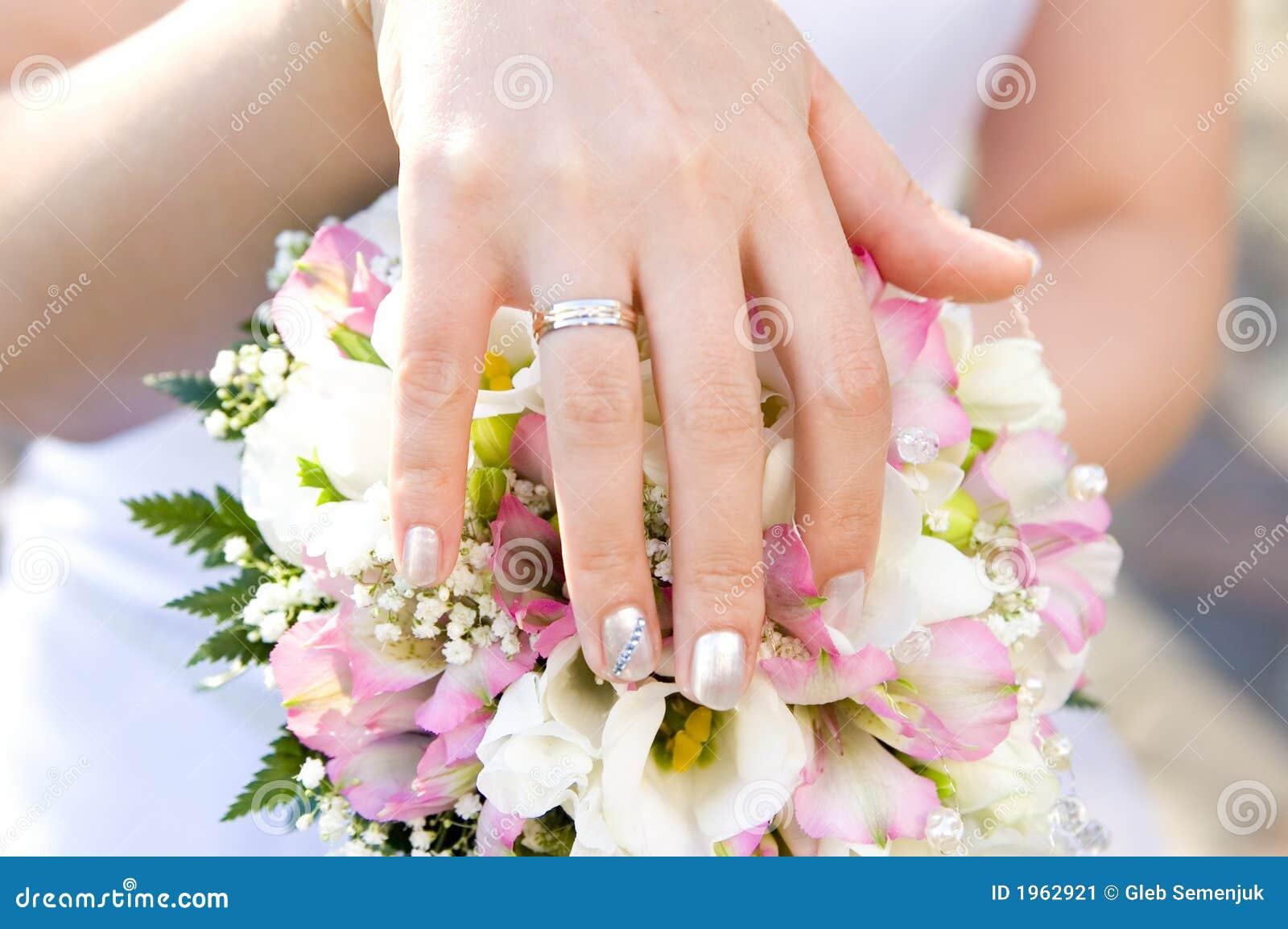 Mano de la novia con un anillo en un primer del ramo imagen de archivo imagen de uni n santo - Anillo de casado mano ...