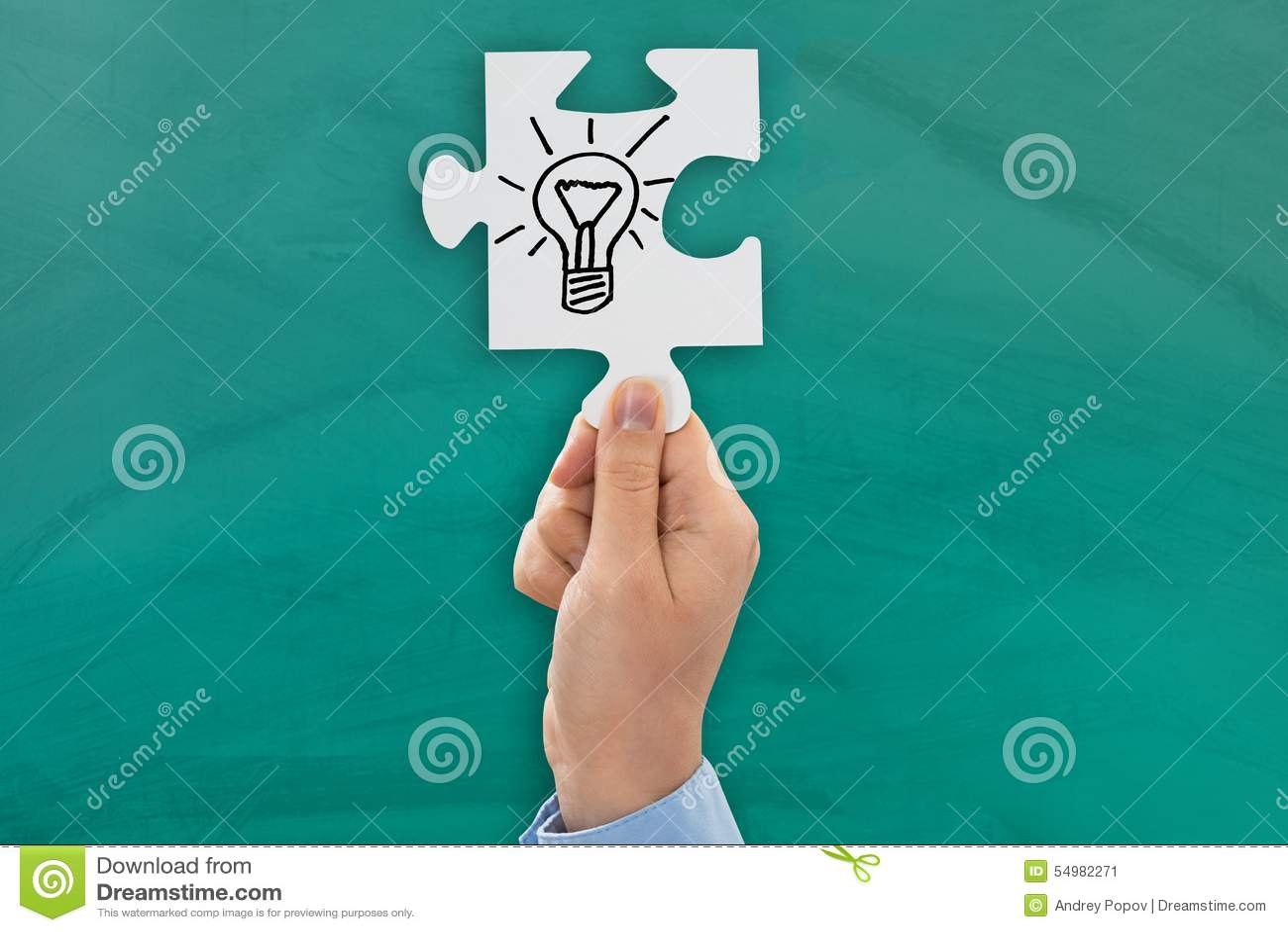 Mano de la persona que muestra símbolo del bulbo
