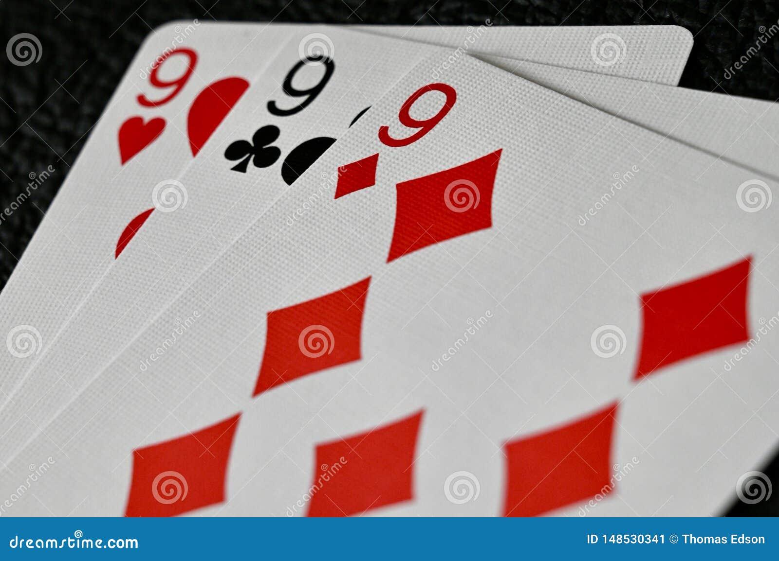 Mano de 999 tarjetas en fondo texturizado negro