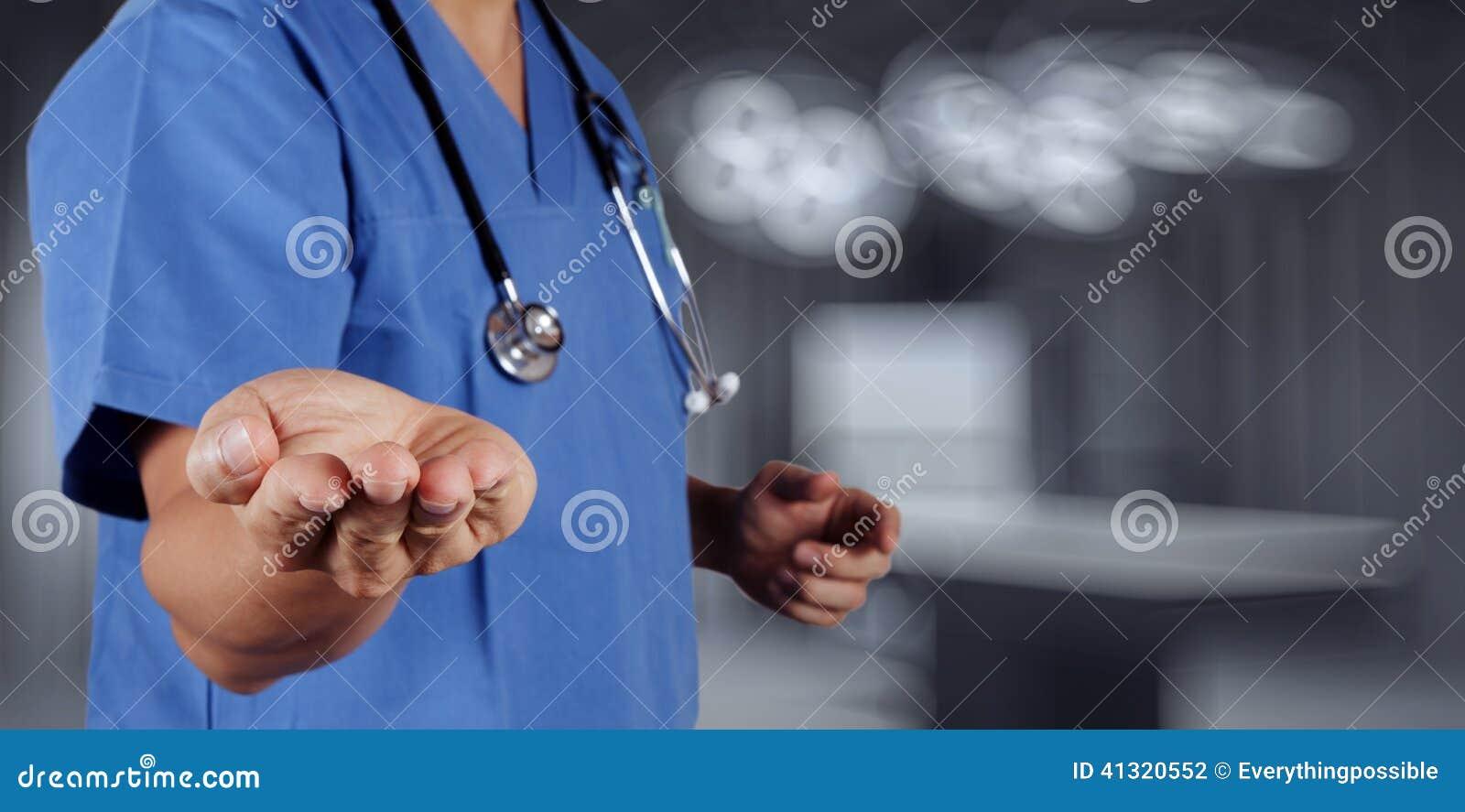 Mano del doctor de la medicina que trabaja con el interfaz moderno del ordenador