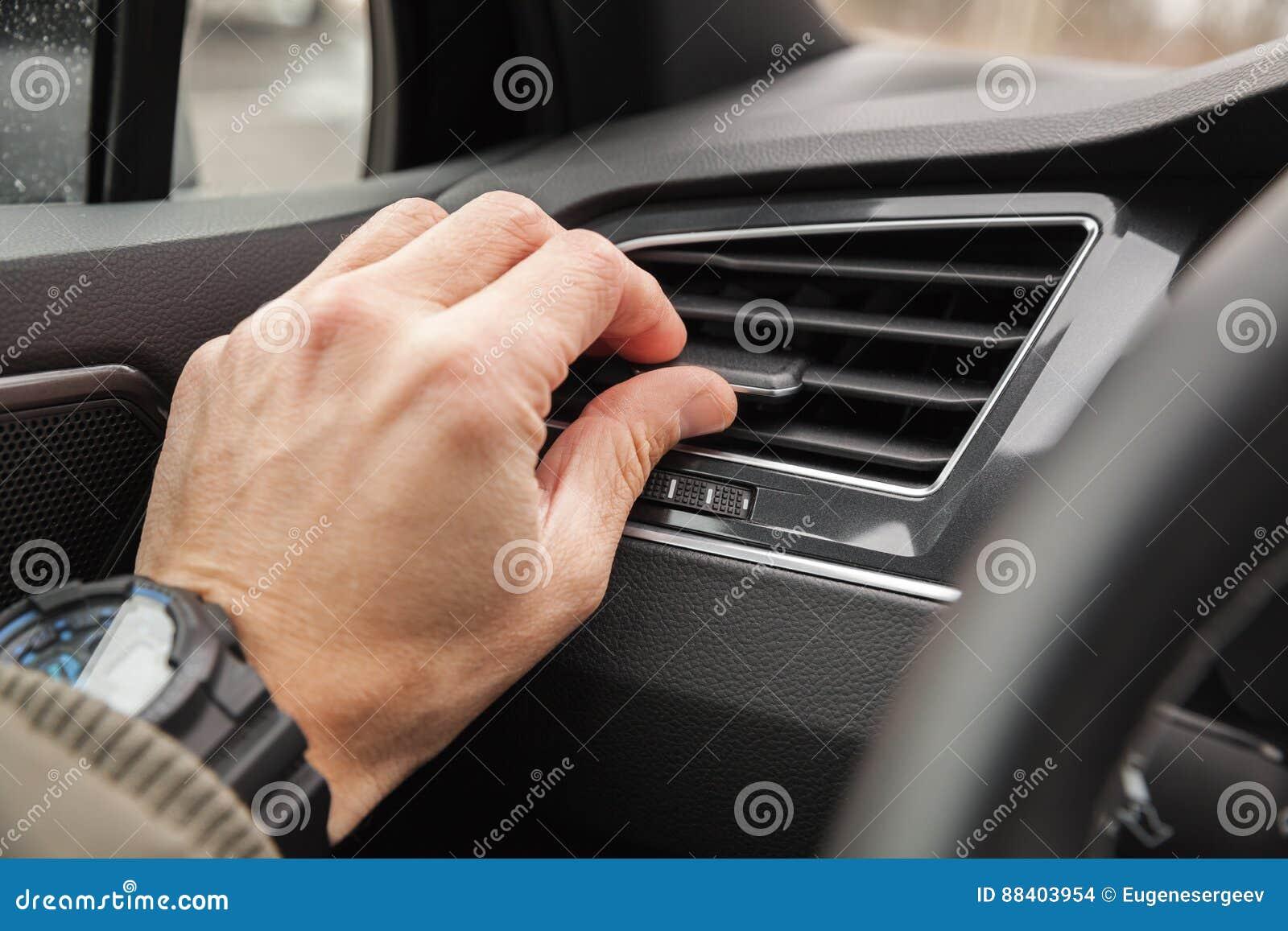 Mano del driver sulla griglia di ventilazione dell aria