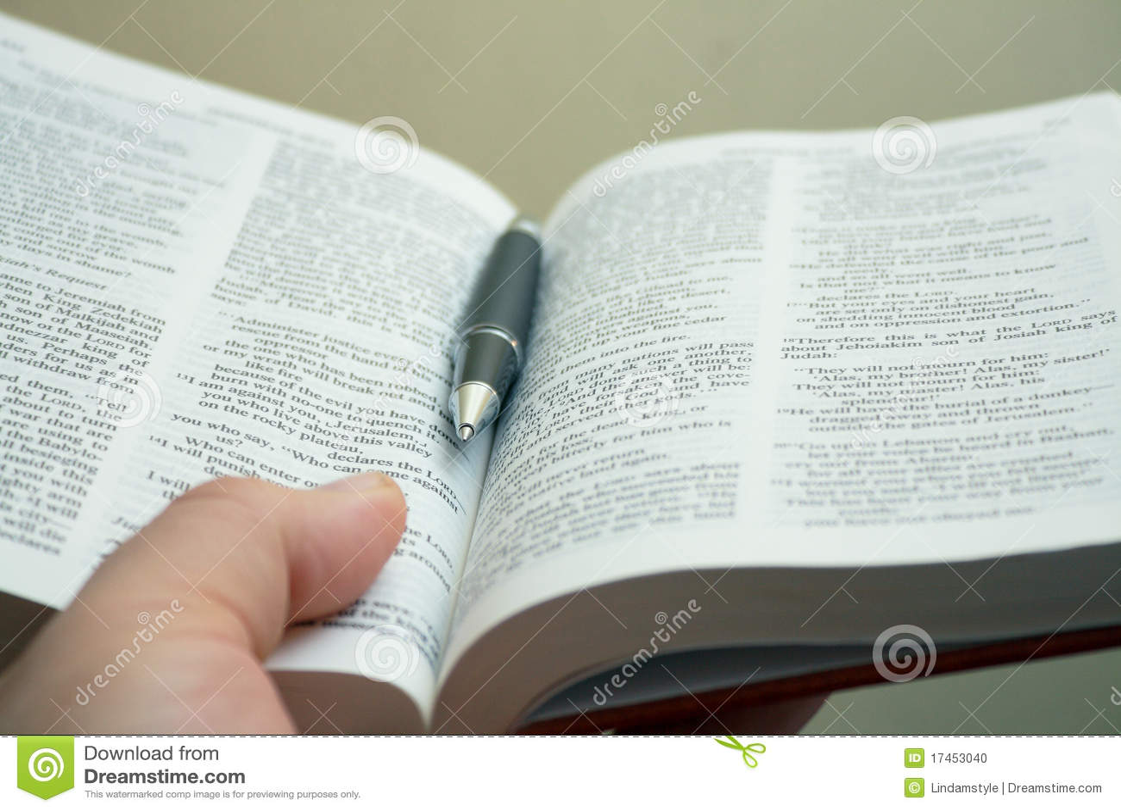 Mano del estudio de la biblia