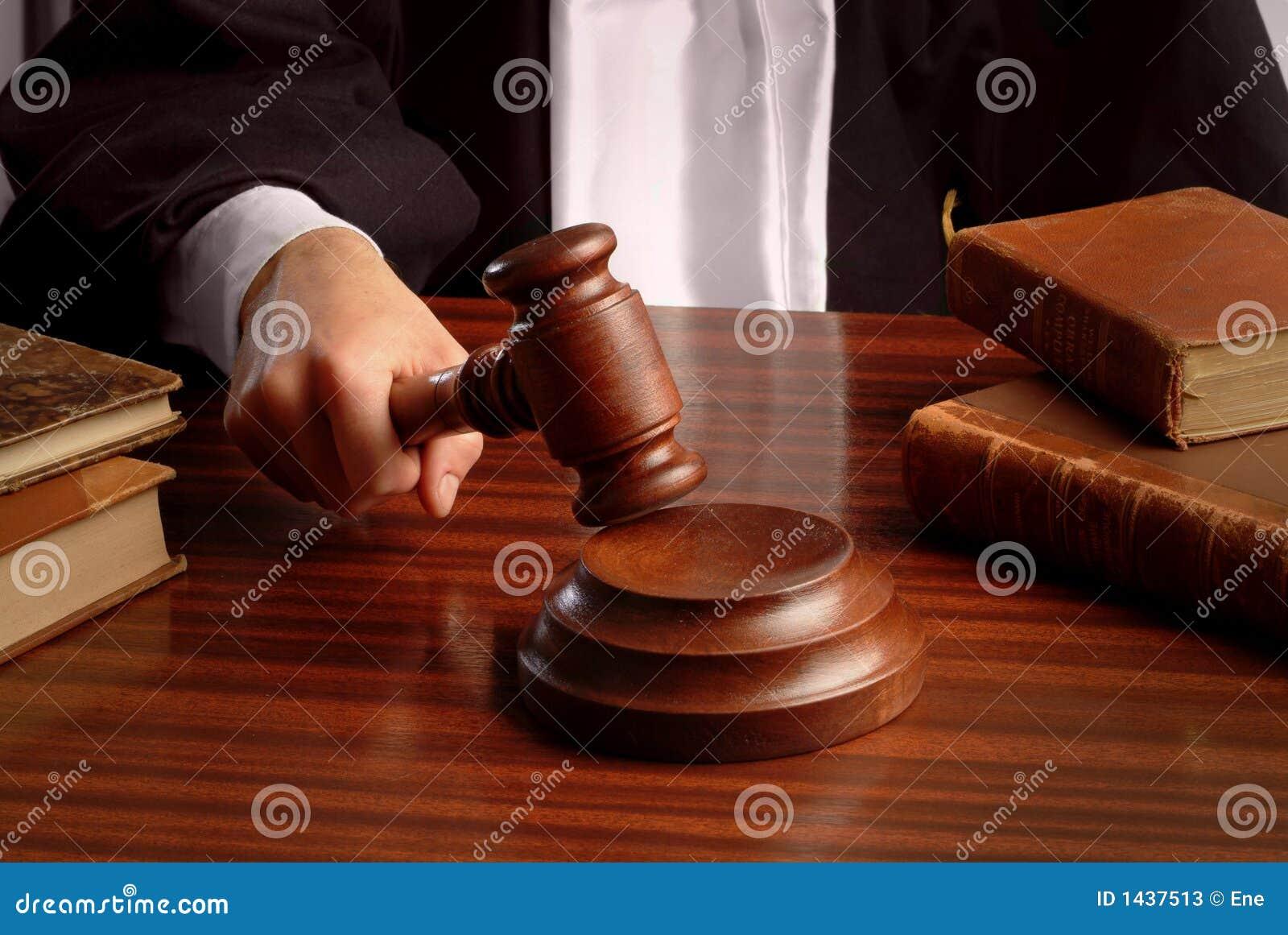 Mano del giudice con il martelletto