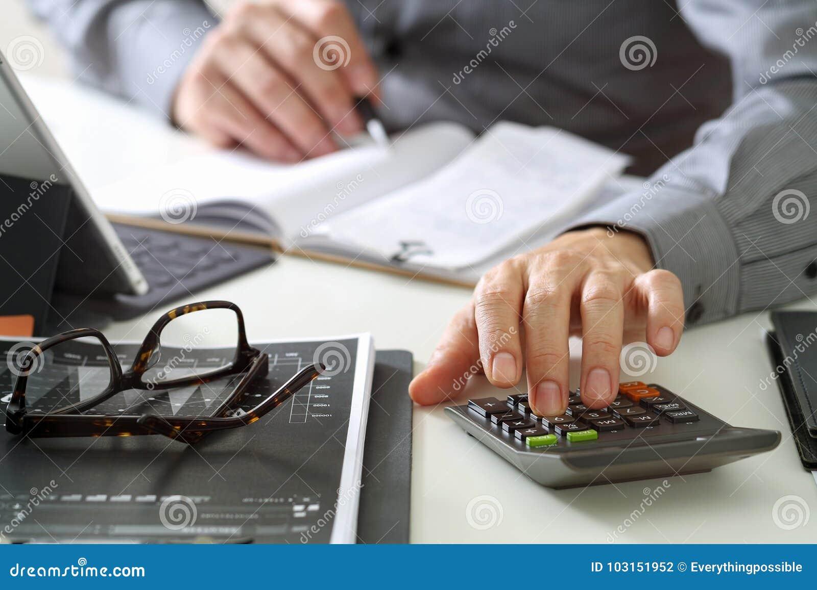 Mano del hombre de negocios que trabaja con finanzas sobre coste y la calculadora
