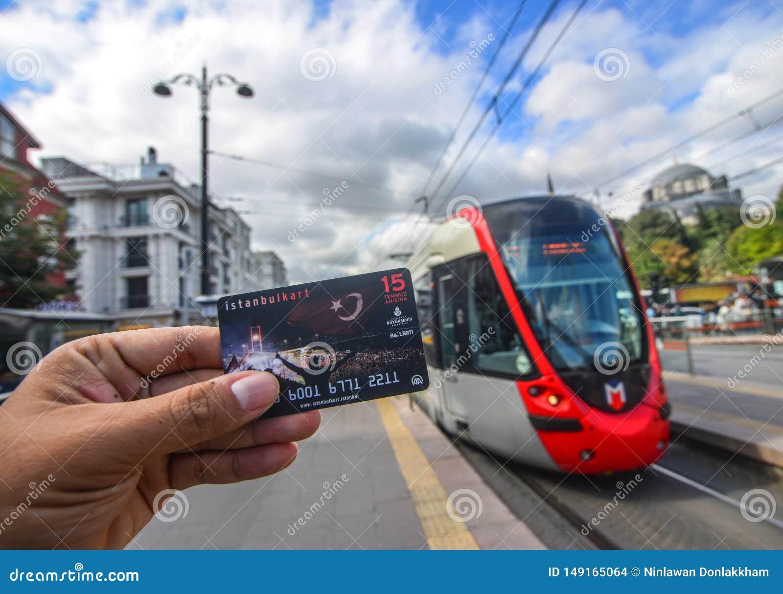 Mano del hombre que sostiene un Istanbulkart