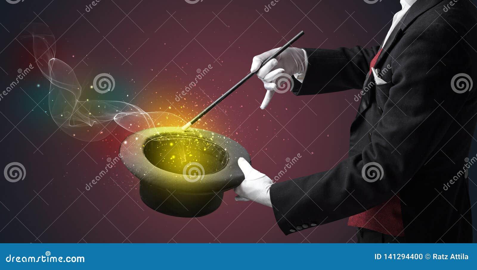 Mano del ilusionista que hace truco con la vara