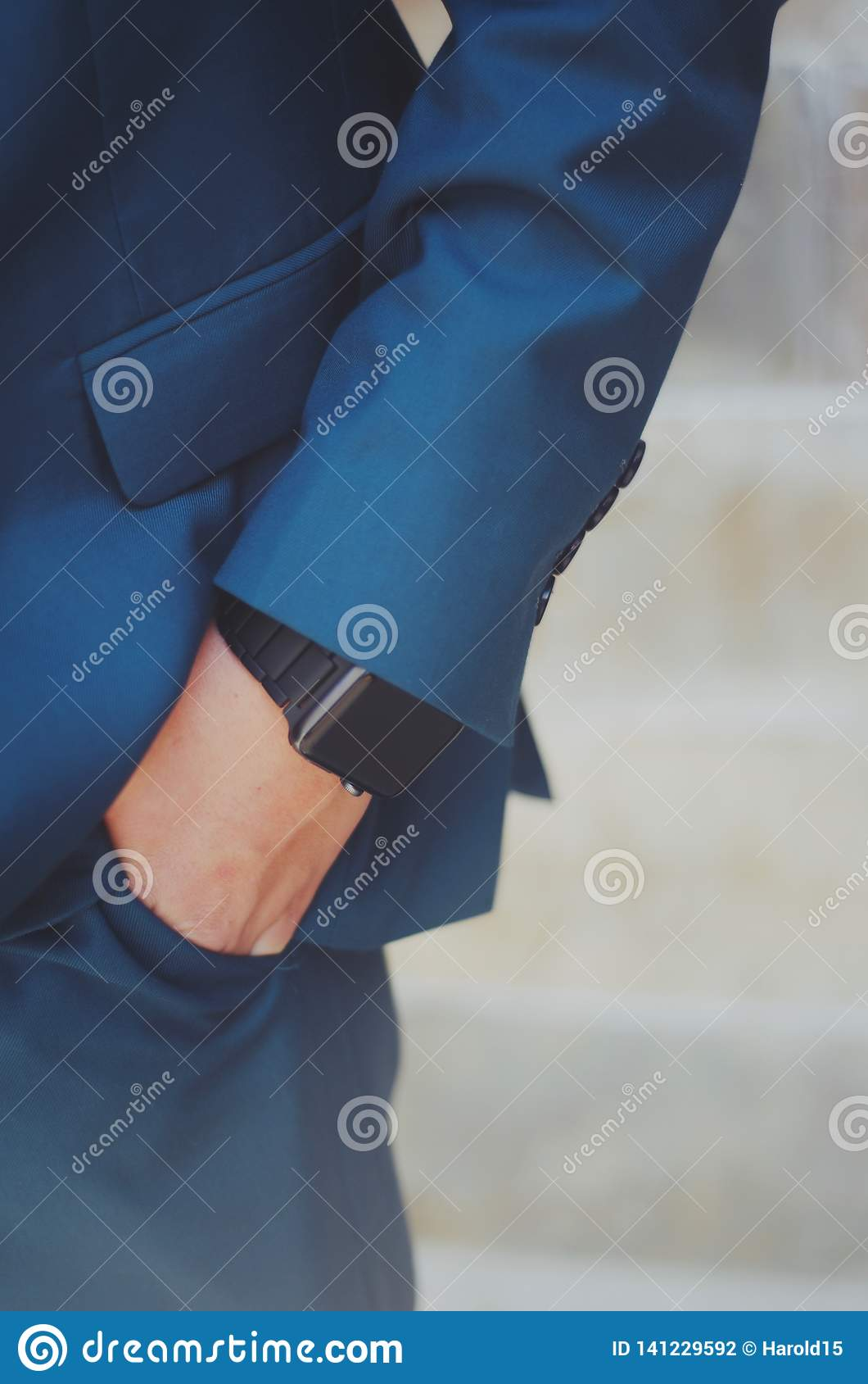 Mano del muchacho en bolsillo