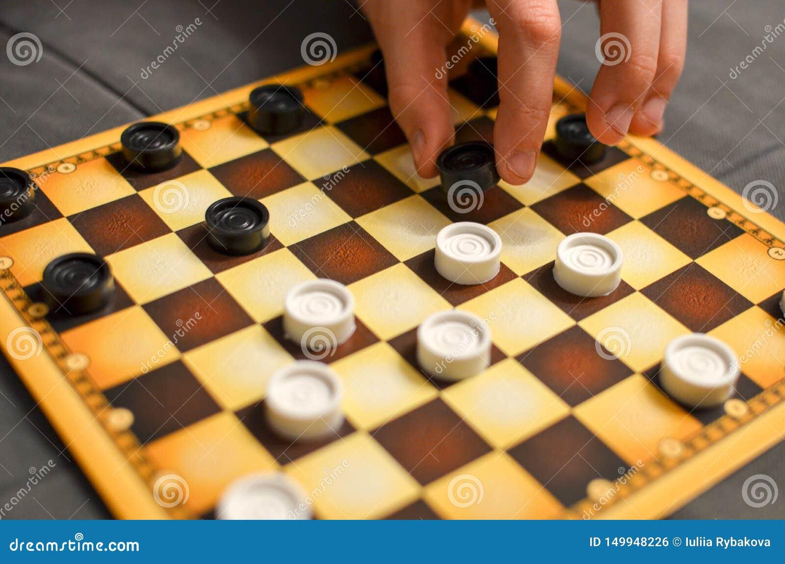 Mano del niño que juega al juego de mesa de los inspectores Rebecca 36