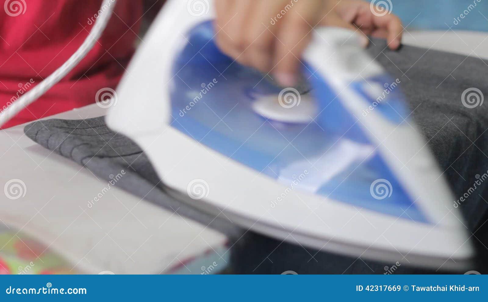 Mano del panno rivestente di ferro della donna video d archivio