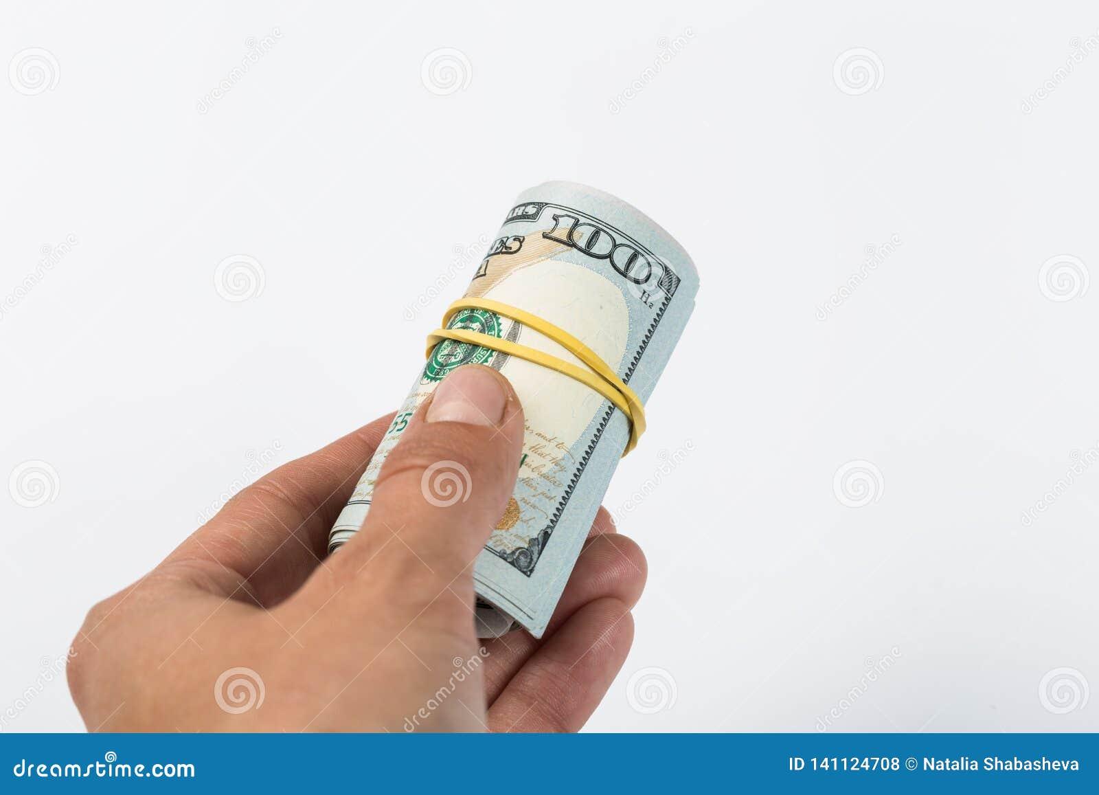 Mano del primo piano che dà soldi ad un altra mano isolata su fondo bianco dono
