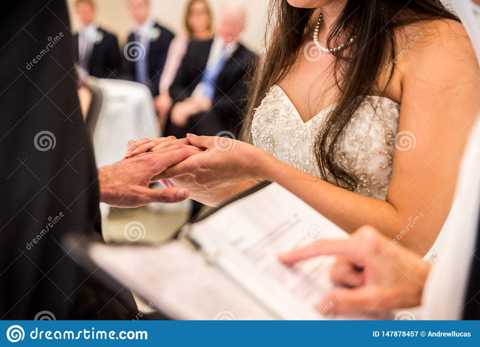 Mano del ` s del novio de la tenencia de la novia