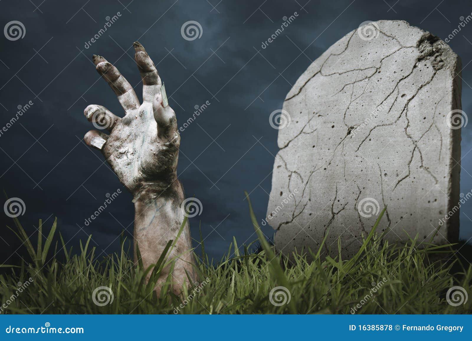 mano-del-zombi-que-sale-de-la-tierra-16385878.jpg
