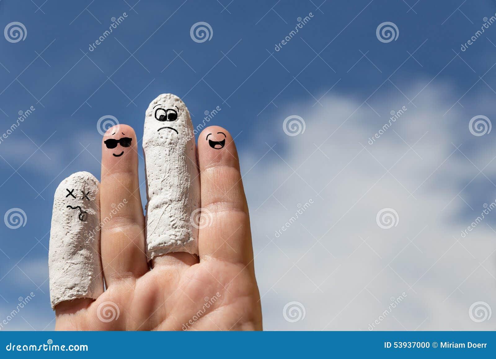 Mano delante del cielo azul, finger herido