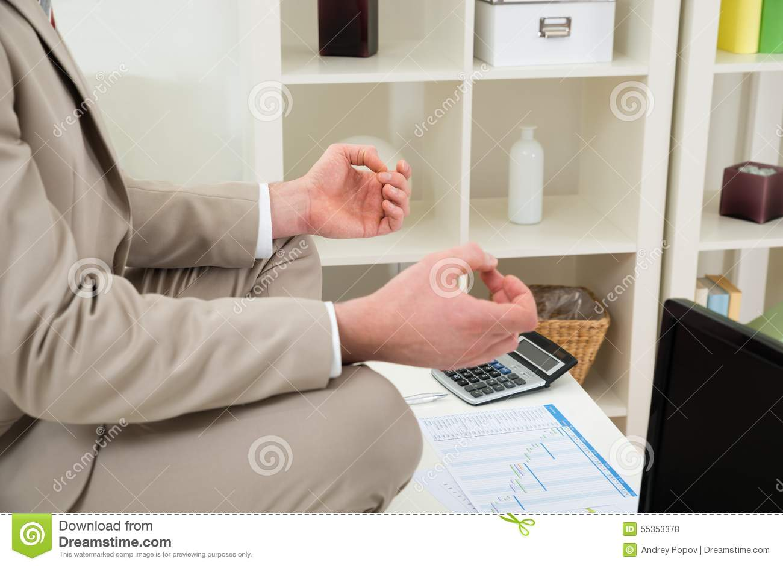 Mano dell uomo d affari che medita nel luogo di lavoro