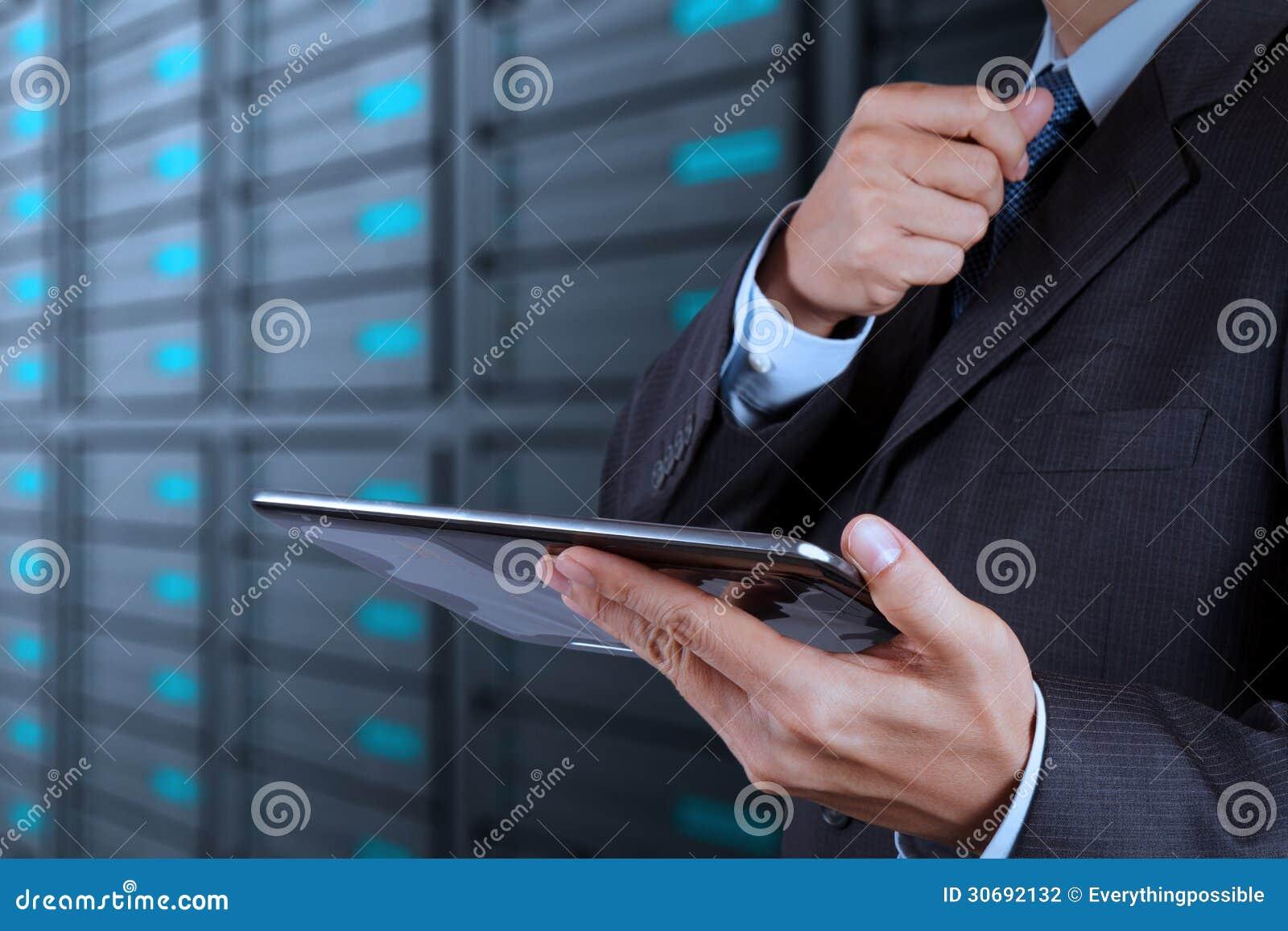 Mano dell uomo d affari facendo uso della stanza del computer e del server della compressa