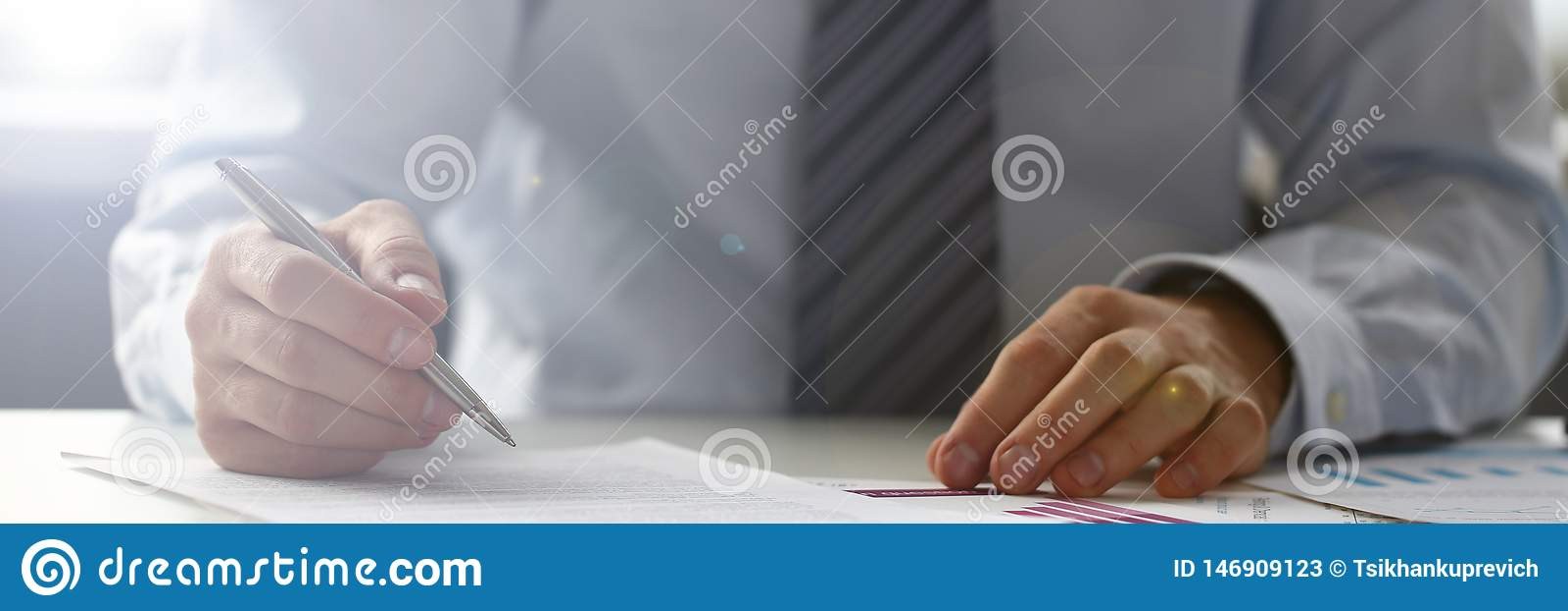 Mano dell uomo d affari in vestito che riempie e che firma con
