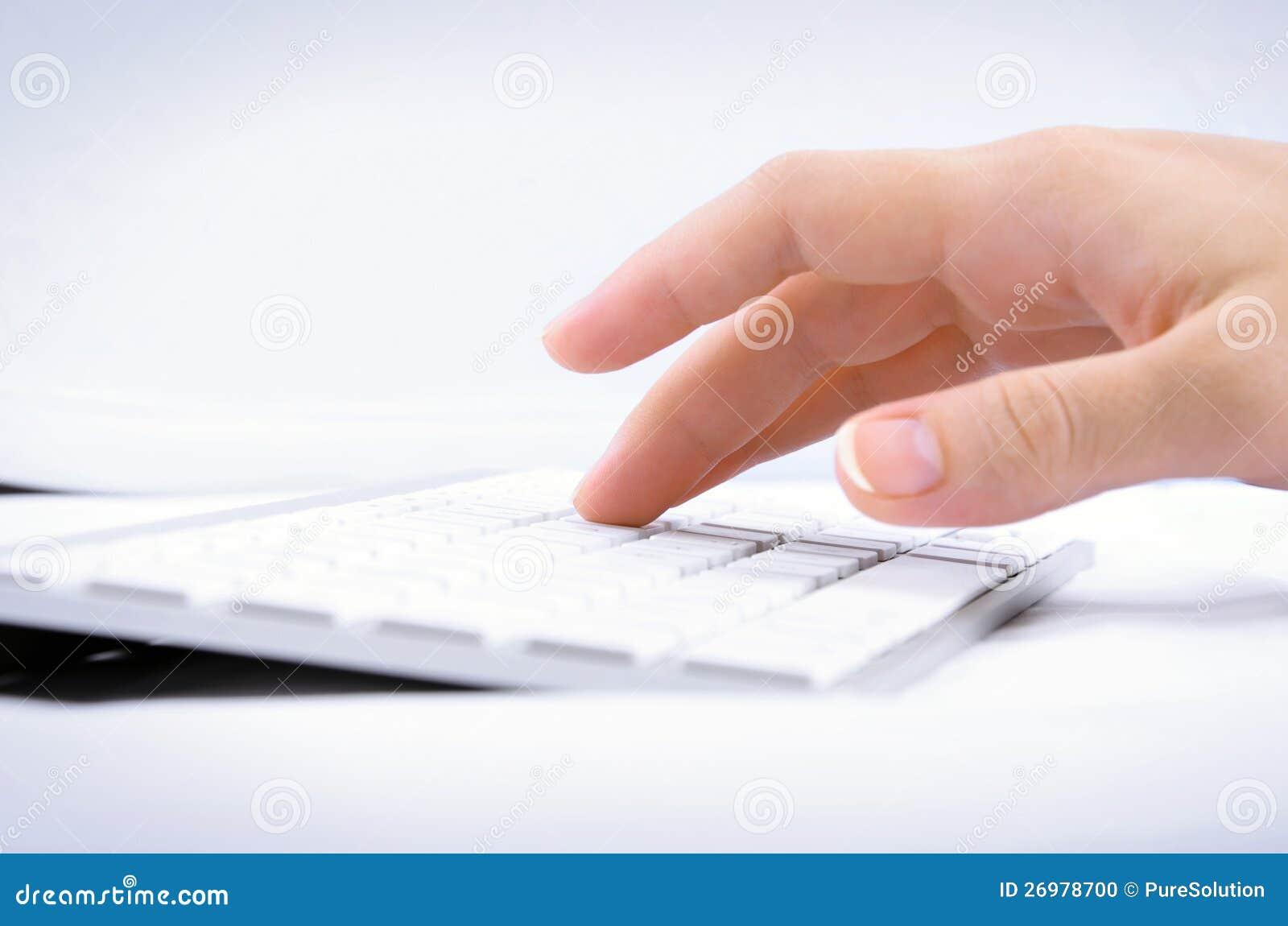 Mano della donna che digita sulla tastiera di calcolatore