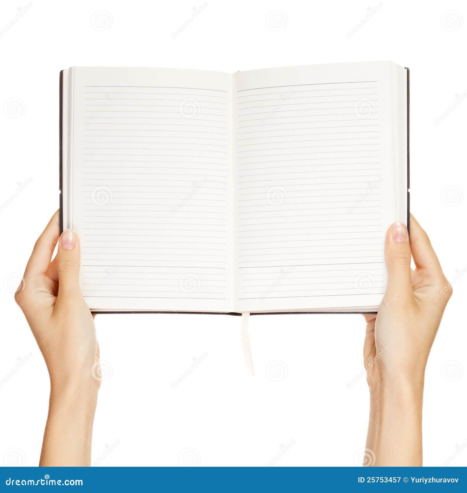 Mano della donna che trasporta un libro vuoto isolato