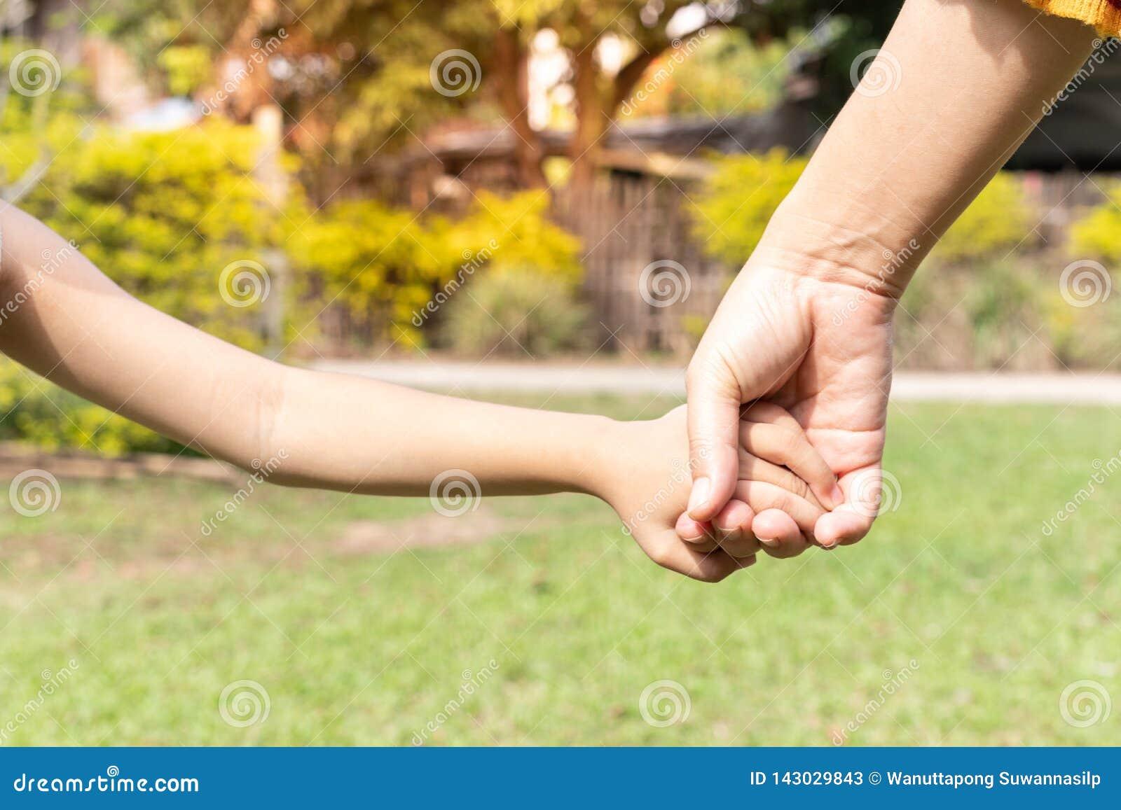 Mano della tenuta del figlio e della madre