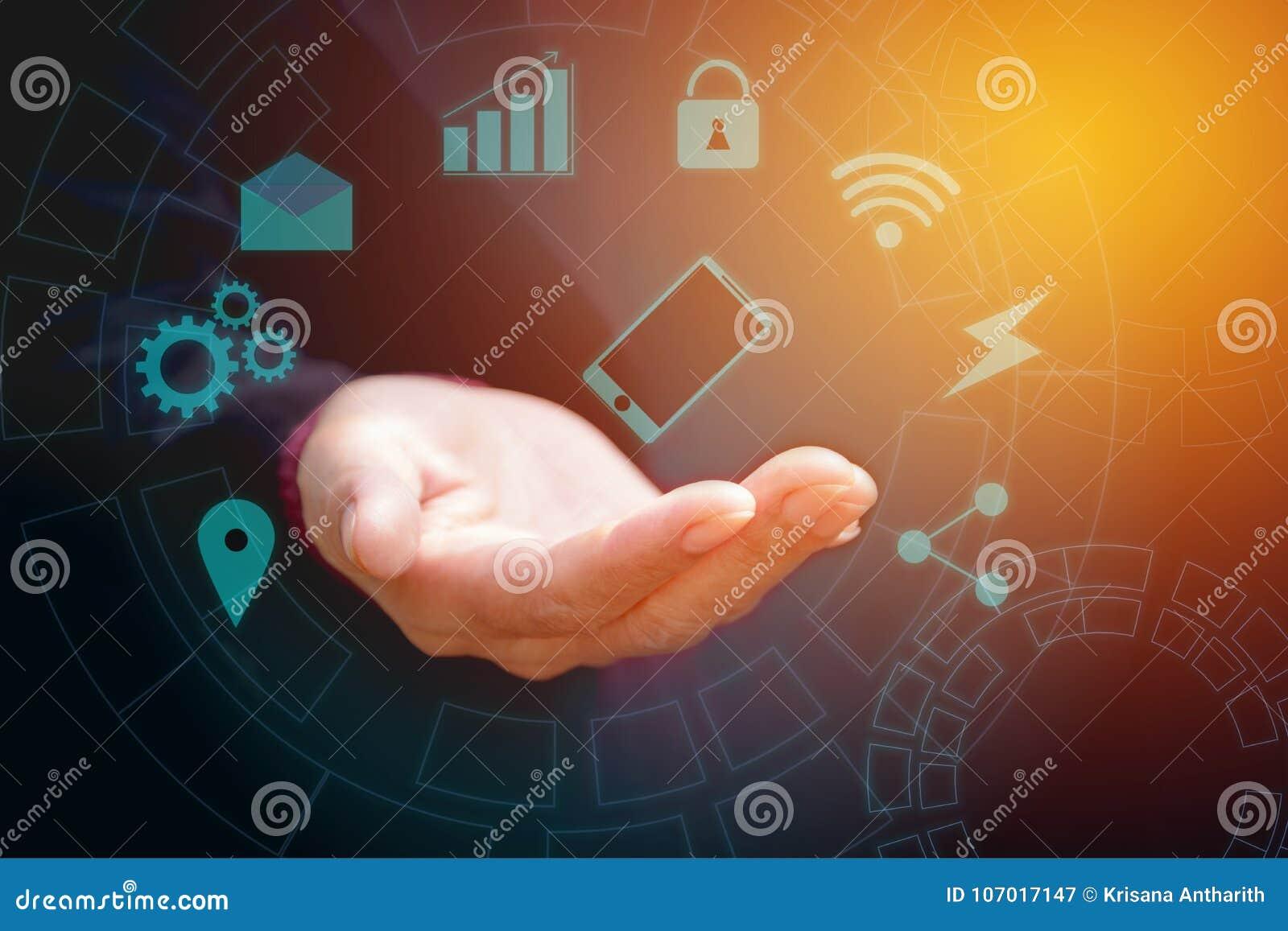 Mano dello schermo attivabile al tatto del blu dello Smart Phone della tenuta dell uomo d affari Mano w