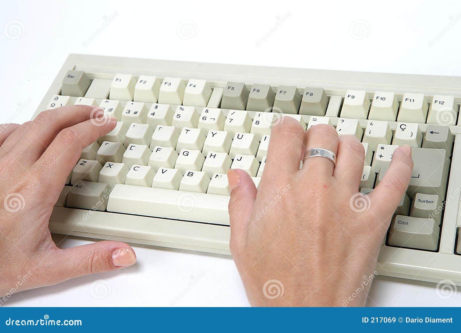 Mano e tastiera della donna