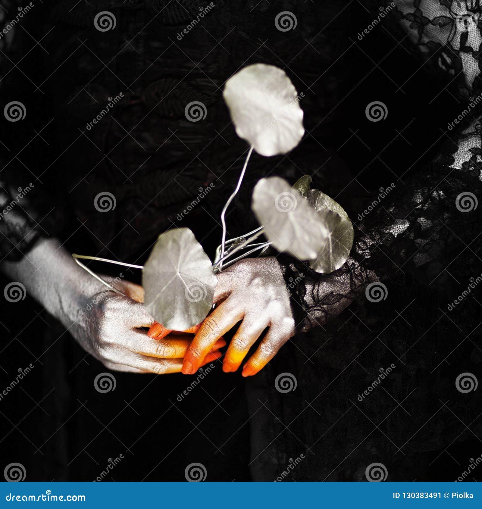 Mano espeluznante de Halloween en anaranjado y de plata, mano del zombi