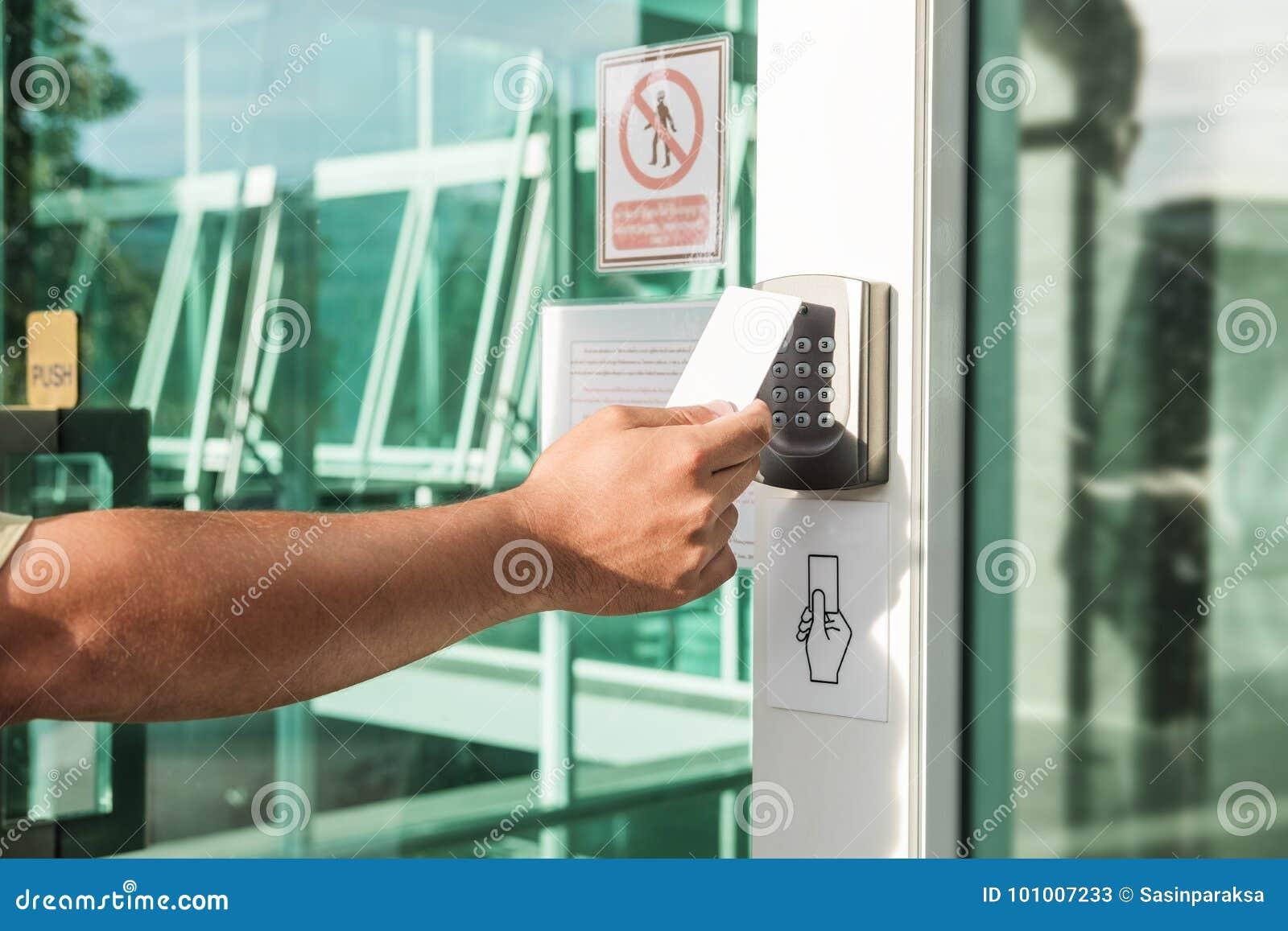Mano facendo uso dell esame della carta chiave di sicurezza per aprire la porta ad entrare in costruzione privata Sistema di sicu