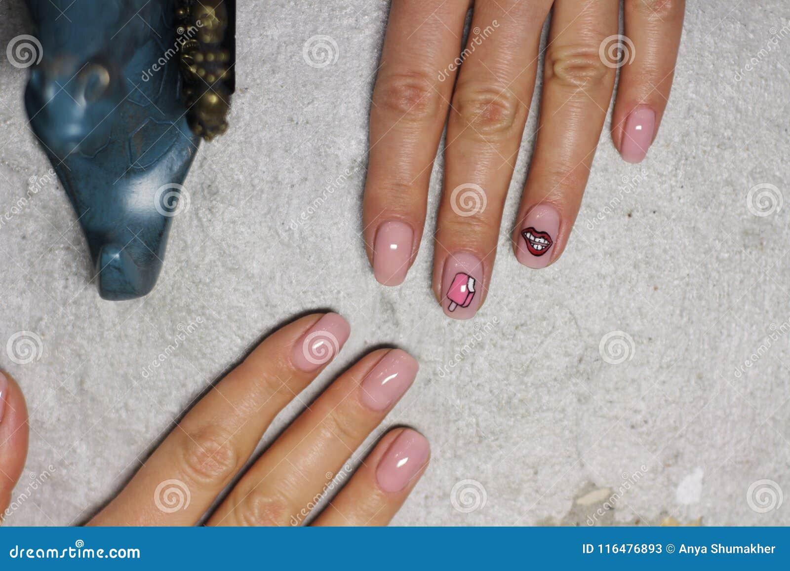 Mano Femenina Hermosa Con La Manicura Esmalte De Uñas Rosa