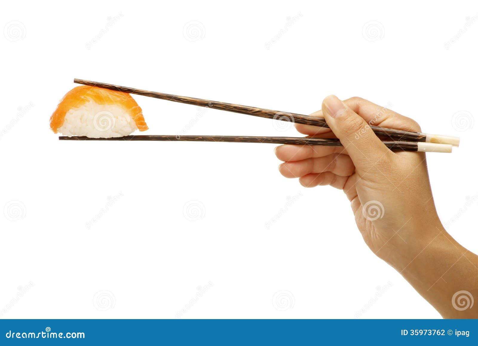 Mano femenina que sostiene la comida del asiático del sashimi del sushi