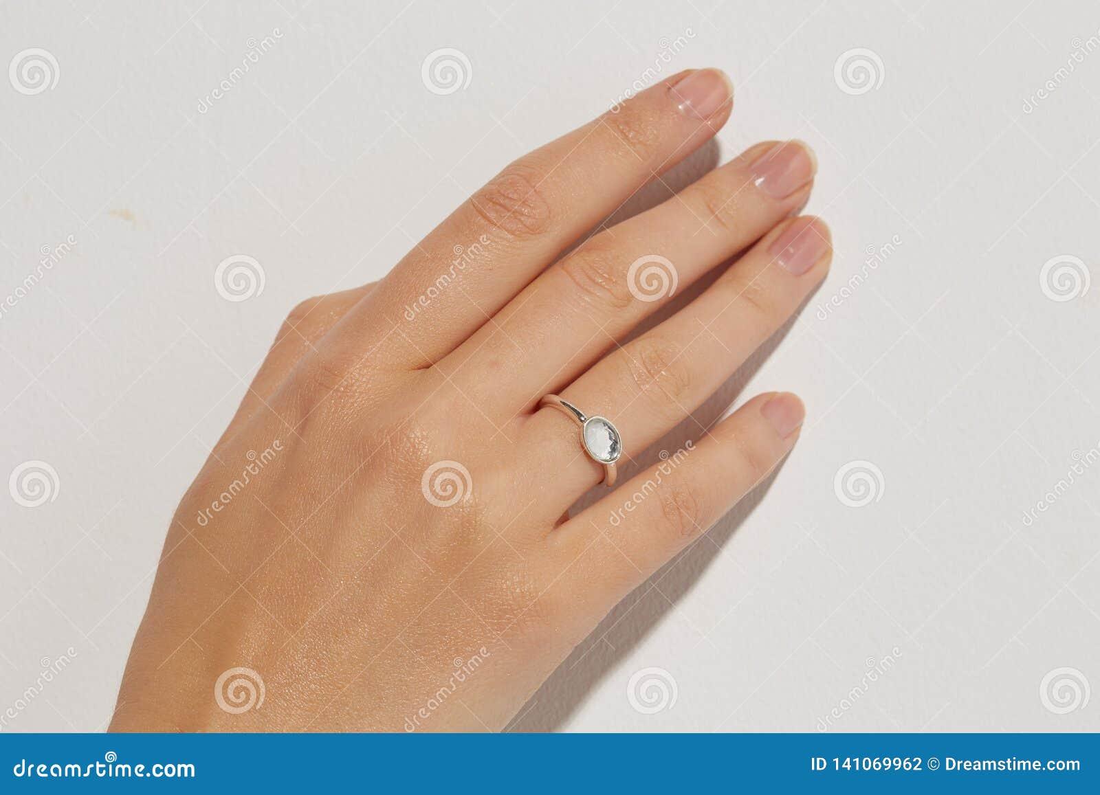 Mano femminile con anelli