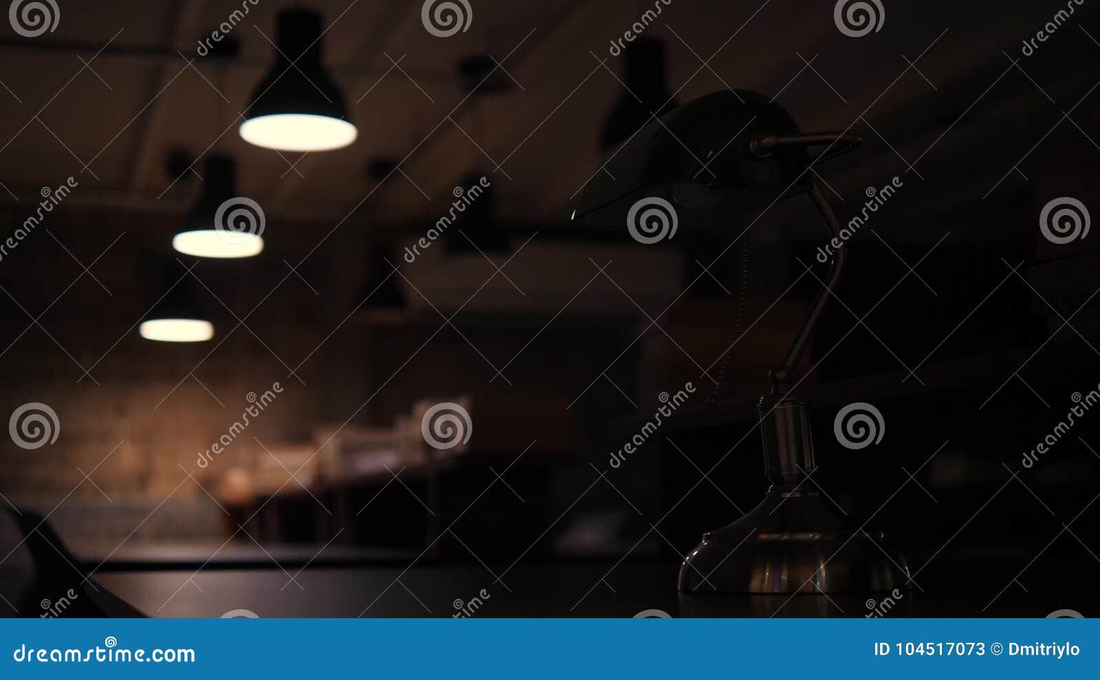 Lampada Ufficio Verde : Mano femminile girata fuori dalla lampada da tavolo verde in