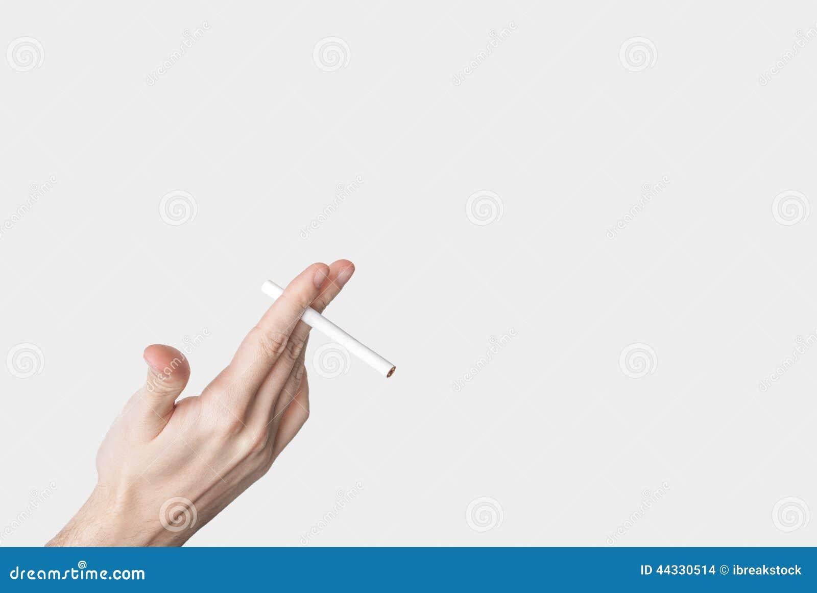 Mano maschio che giudica una sigaretta isolata su grey