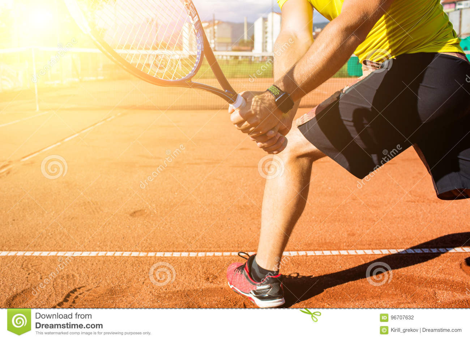 Mano maschio con la racchetta di tennis