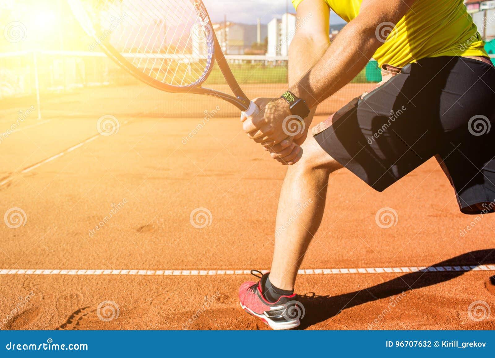 Mano masculina con la estafa de tenis