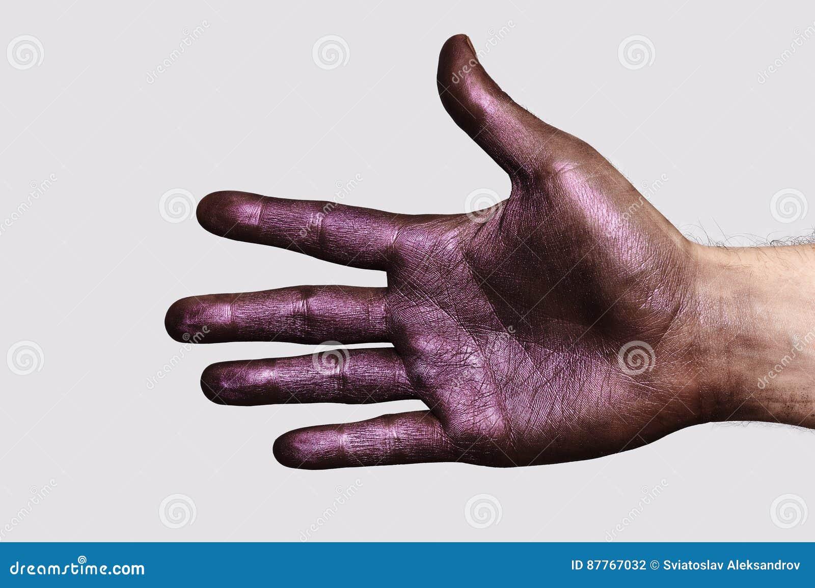 Mano púrpura que muestra cinco fingeres