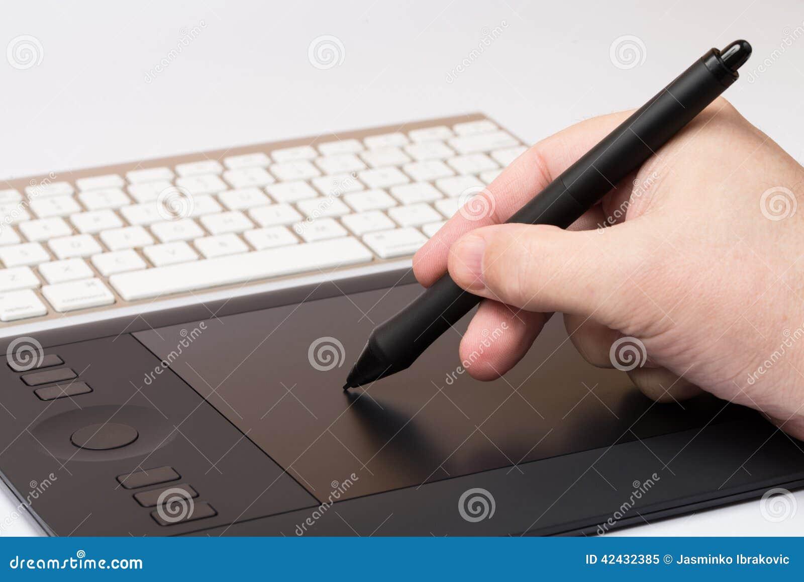 Mano que detiene a Pen Over Table gráfico