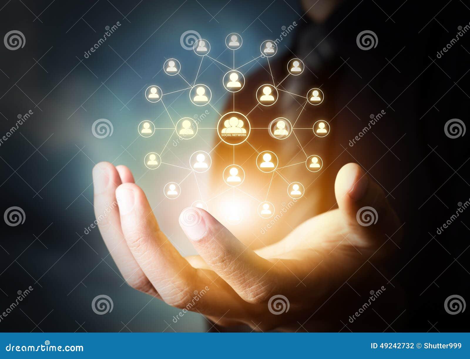 Mano que lleva a cabo el icono virtual de la red social