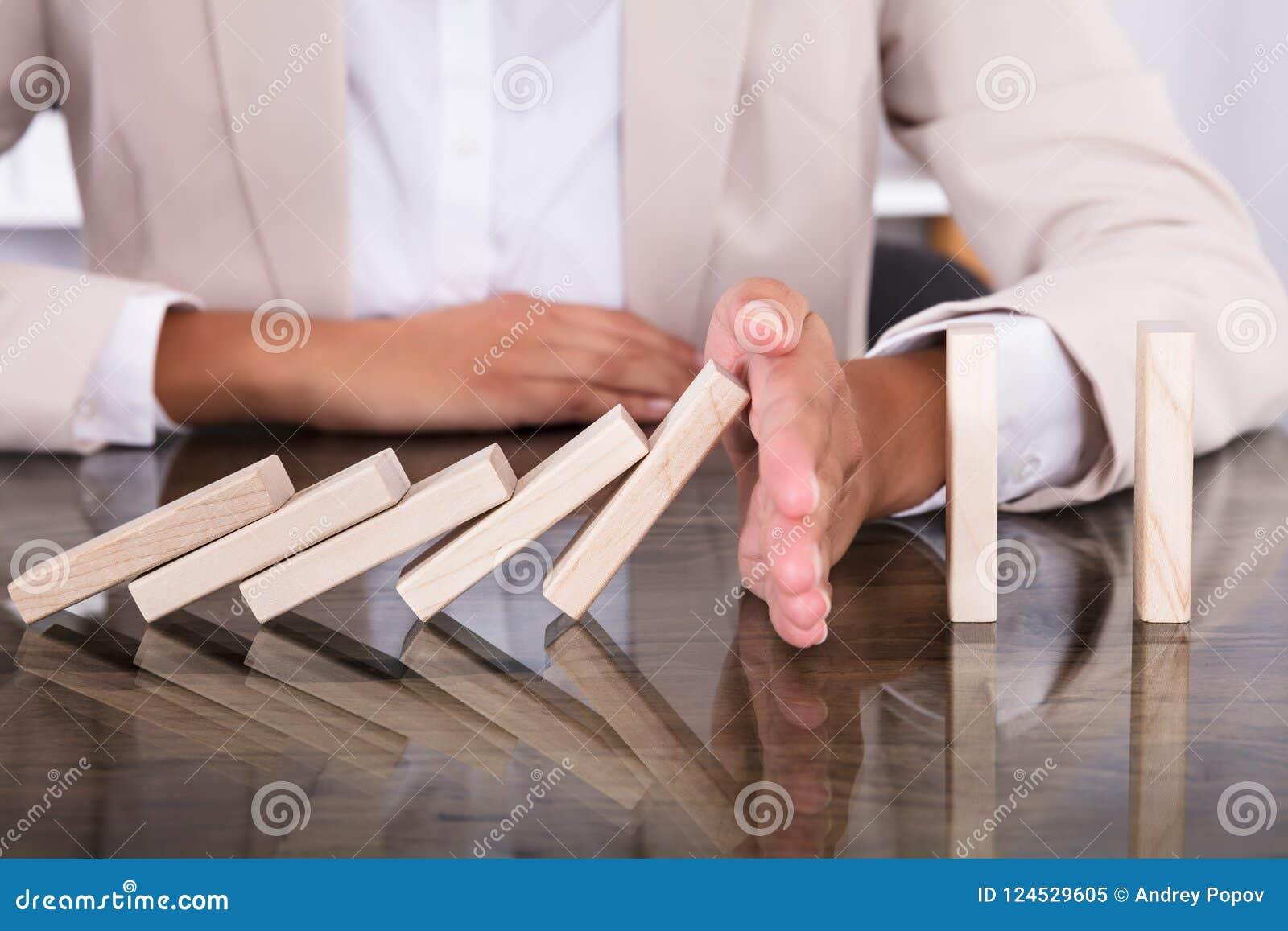 Mano que para bloques de madera de caer