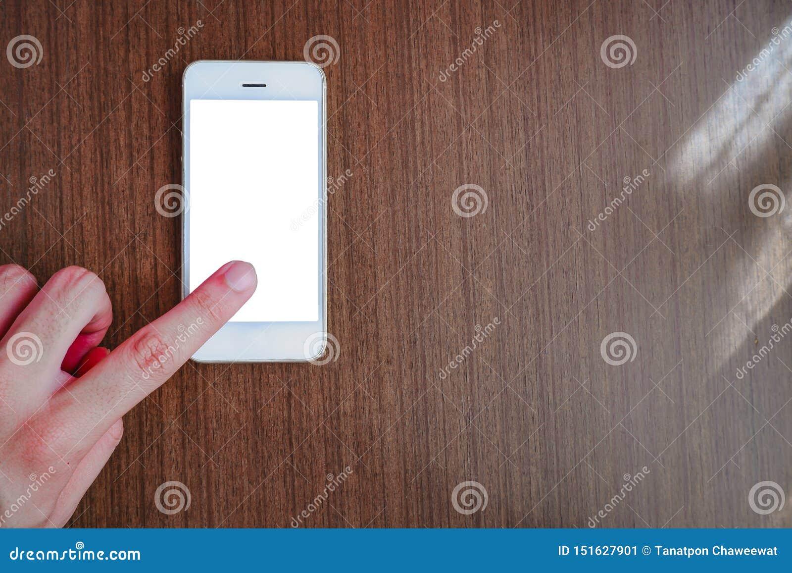 Mano que señala el finger en el smartphone con la pantalla blanca