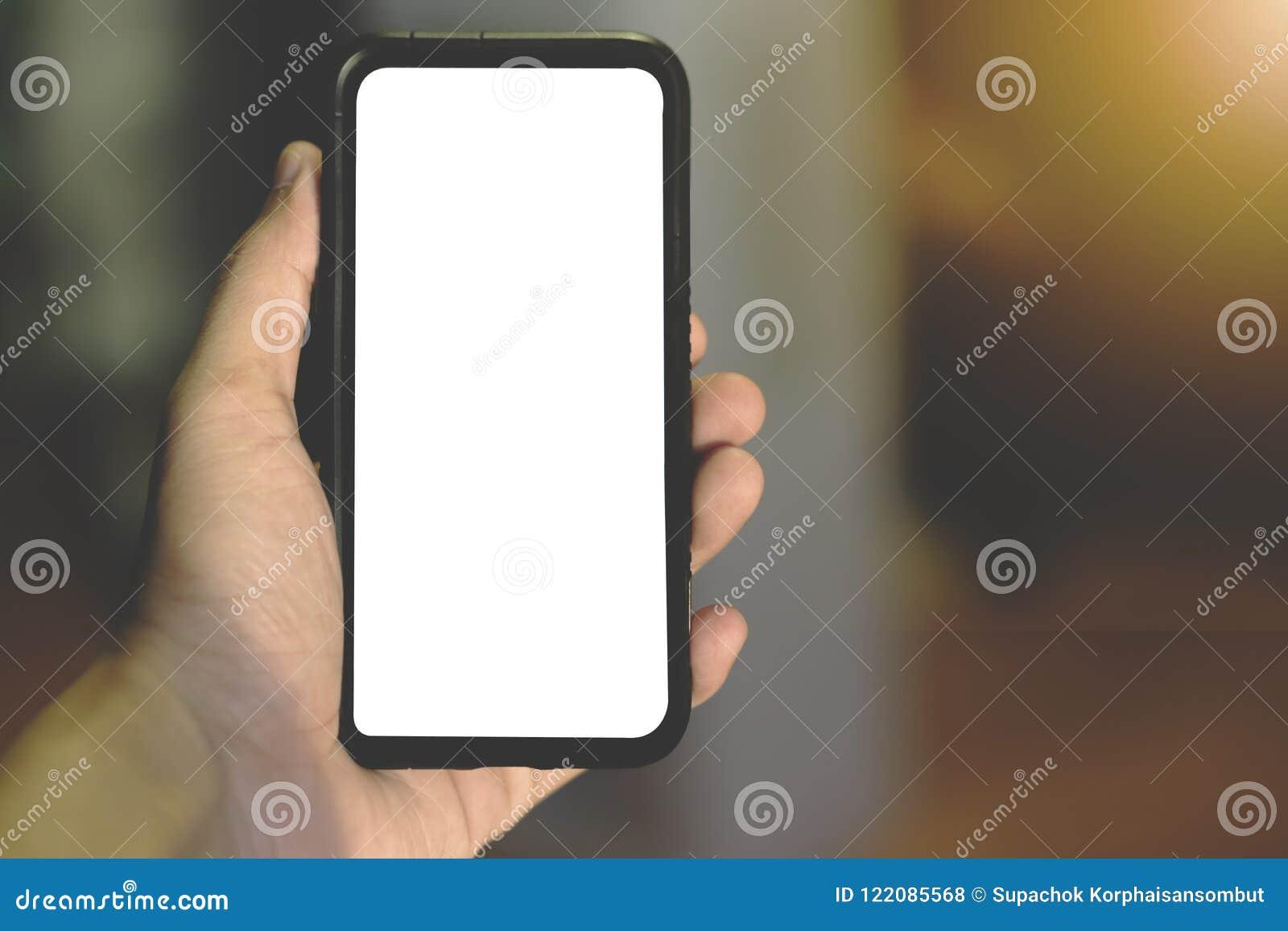 Mano que sostiene el teléfono móvil en día soleado