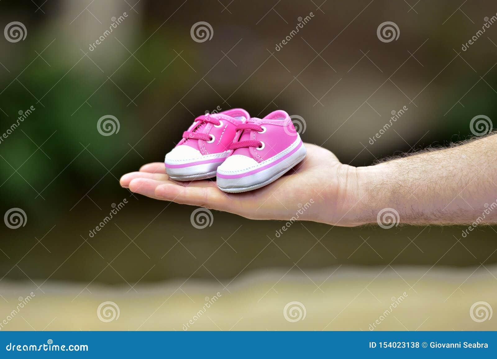 Mano que sostiene el zapato del niño