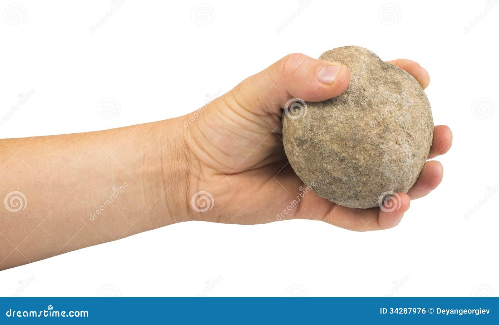 Mano que sostiene la bola de piedra