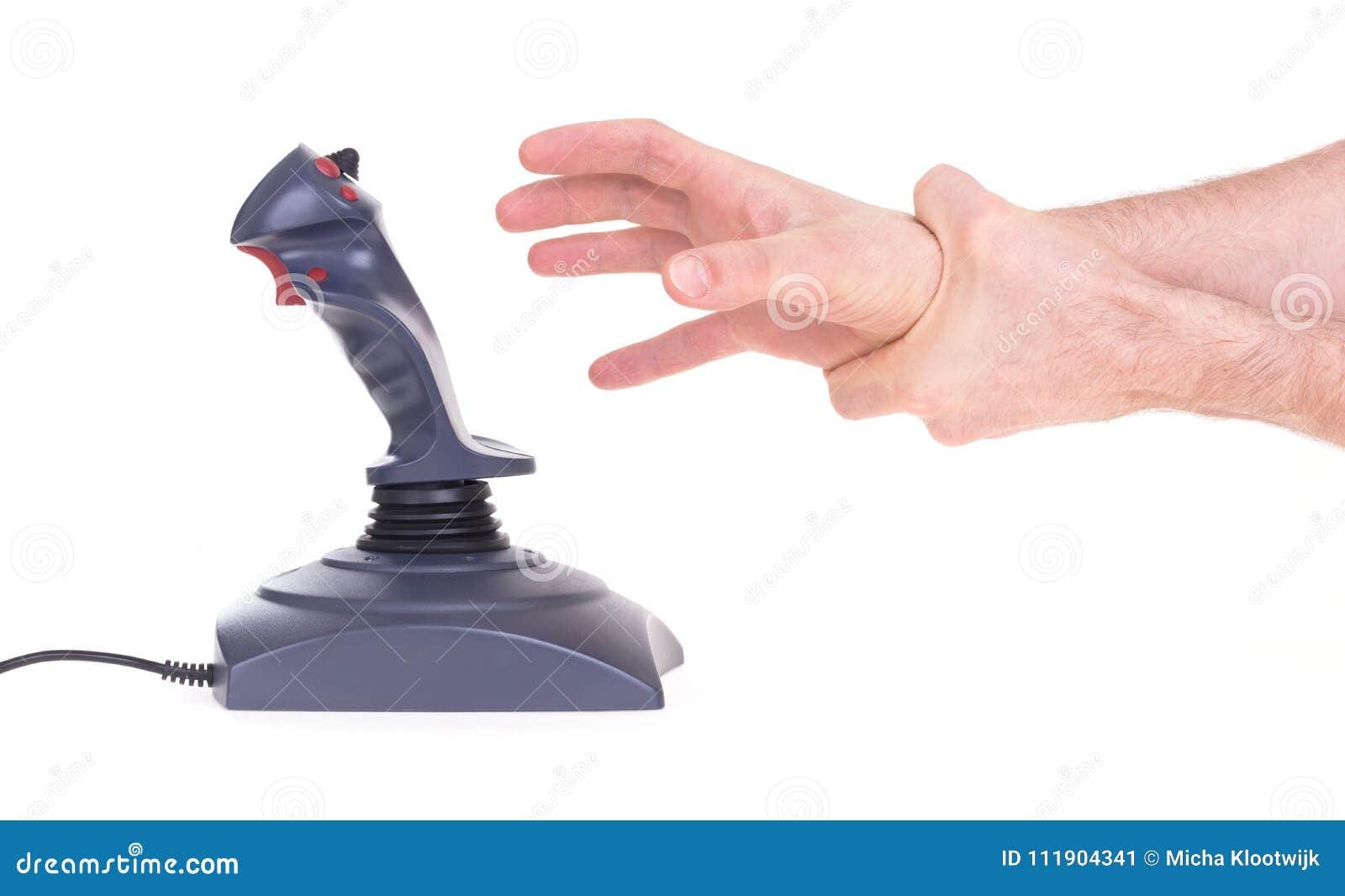 Mano que sostiene la palanca de mando del juego