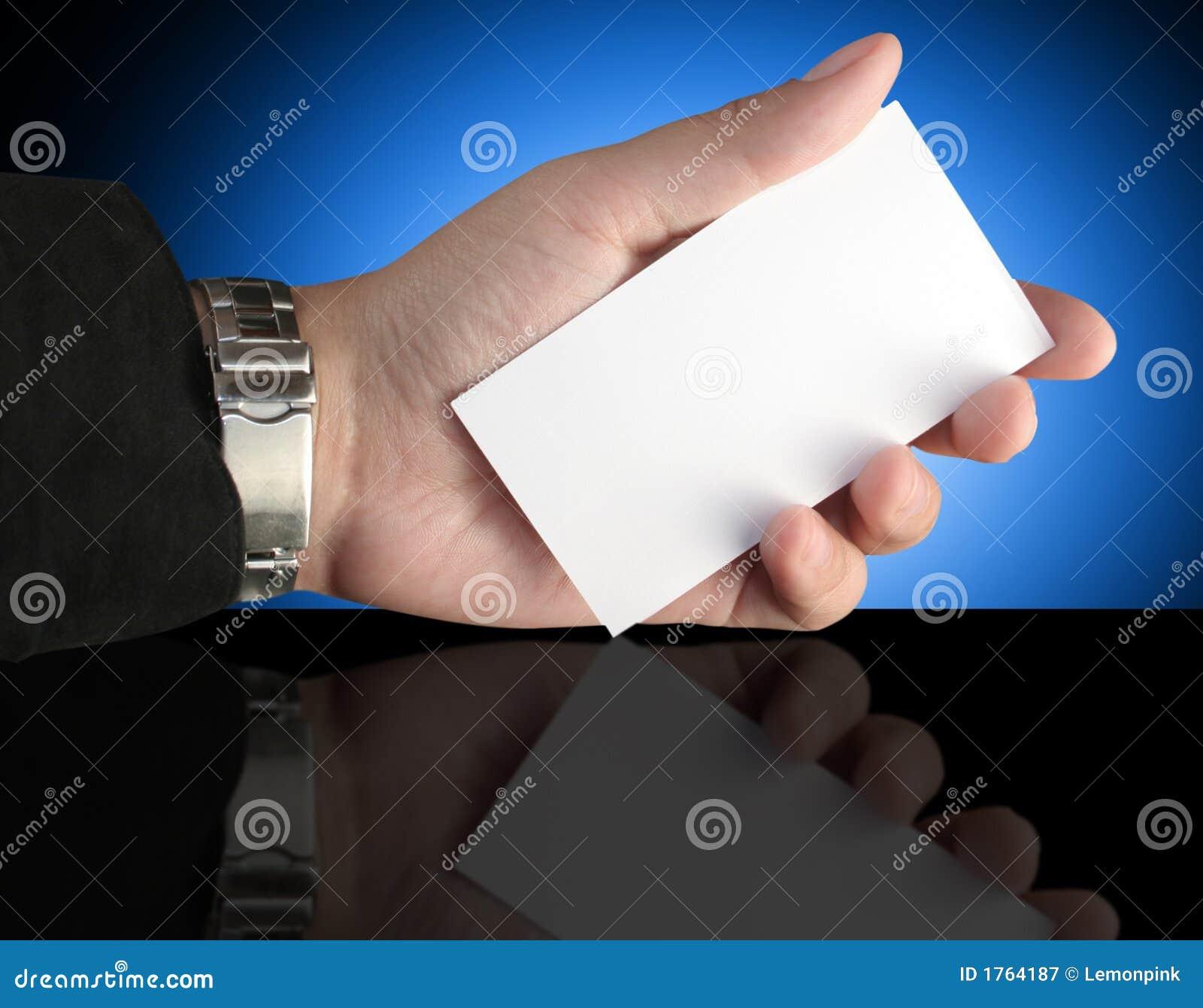 Mano que sostiene la tarjeta de la presentación en blanco