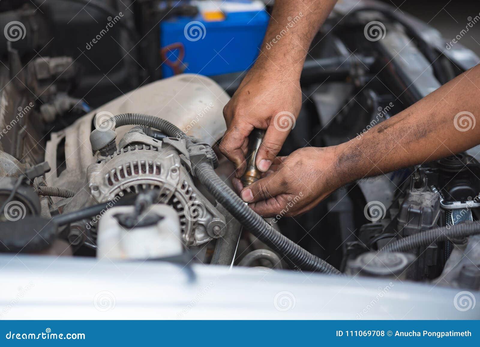Mano sucia del mecánico